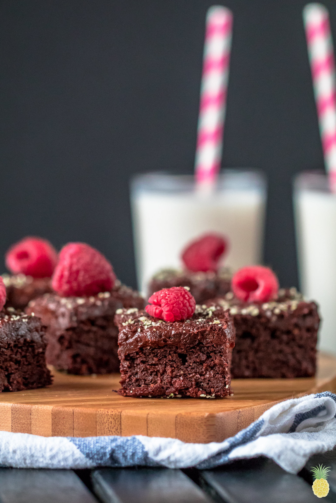 Beet-Free Red Velvet Brownies w/ 3-Ingredient Frosting {vegan + gluten- oil- & refined sugar-free} sweetsimplevegan.com
