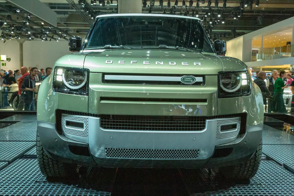 Frontansicht des grünen Geländewagens Land Rover Defender ...