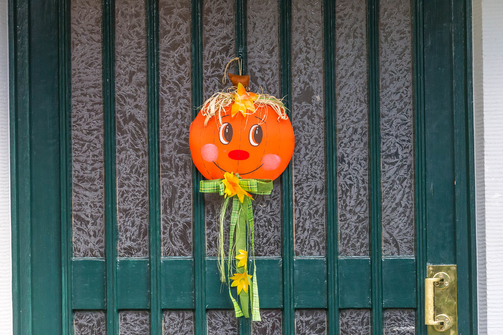 Halloween Deko Auf Gruner Haustur Creative Commons Bilder