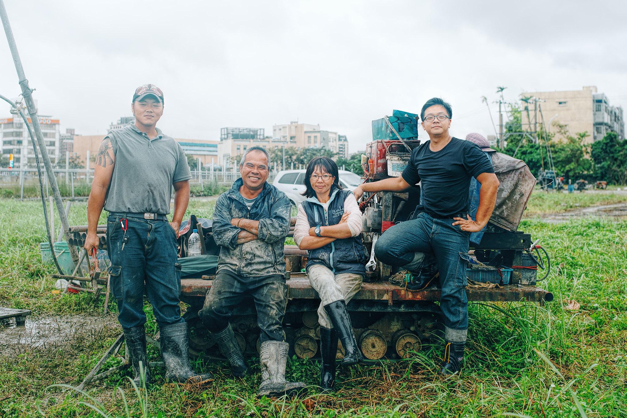 林立青與工人們。(圖片來源:寶瓶文化提供/攝影:賴小路)