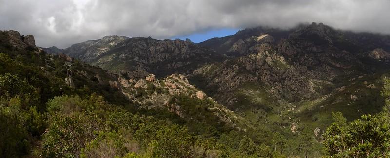 Au col après la montée de Livisani : vue vers le Castedducciu et la vallée du Finicione (Photo Olivier Hespel)