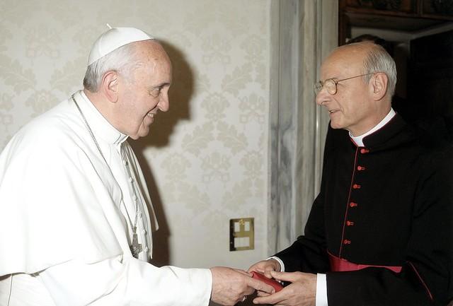 Mons. Fernando Ocáriz saluda a Papa Francisco