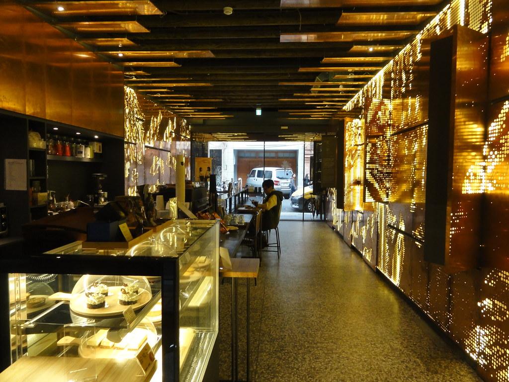 「阿嬤家」入口處是外觀絢麗的AMA Café。(攝影:張智琦)