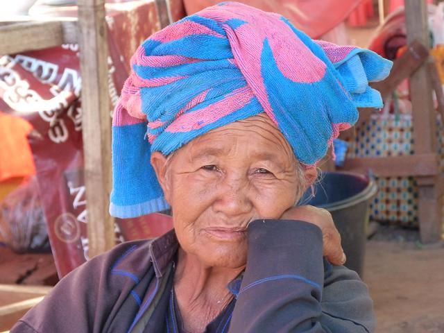 Mujer en un mercado del Lago Inle (Myanmar)
