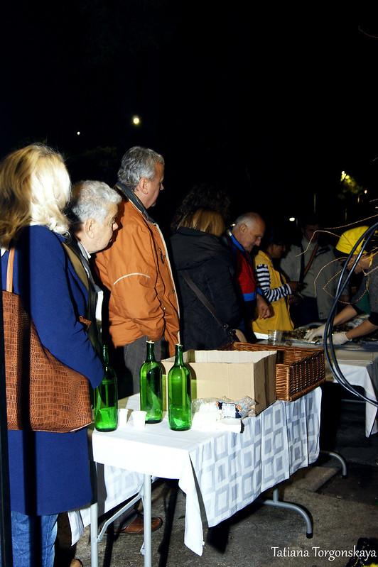 Люди возле столика с угощениями