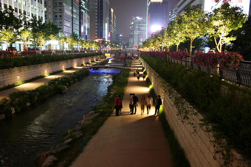Vysvietené brehy rieky Cheonggyecheon v noci