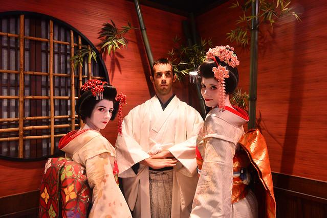Vestido de samurai y maikos en Japón