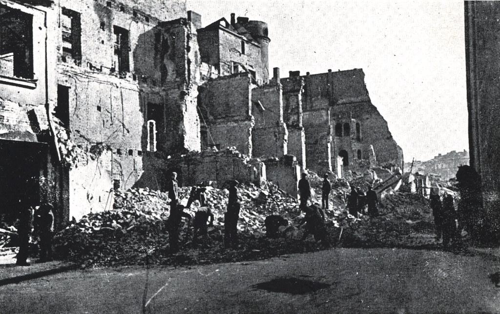 Varsovie pendant la 2e guerre mondiale : Rue Wierzbowa en partie en ruine.