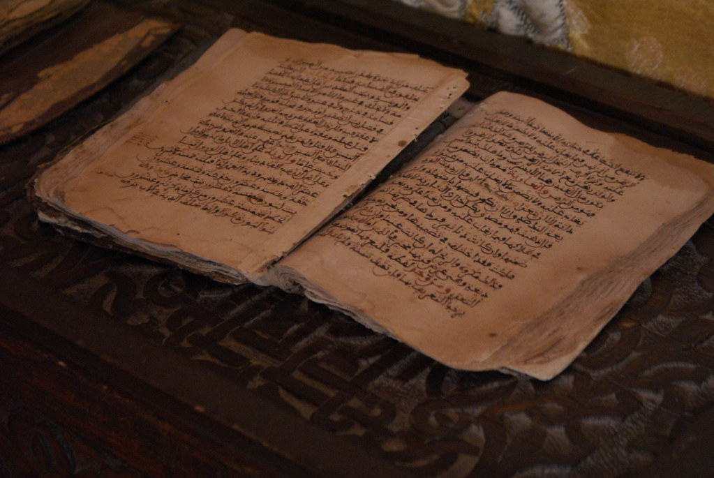 Livre manuscrit écrit en arabe dans le musée Mouassine de Marrakech.