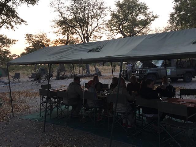 Desayunando en el campamento móvil de Mopane (Botswana)