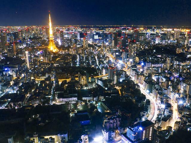 東京タワーと、地上に広がる光の軌跡