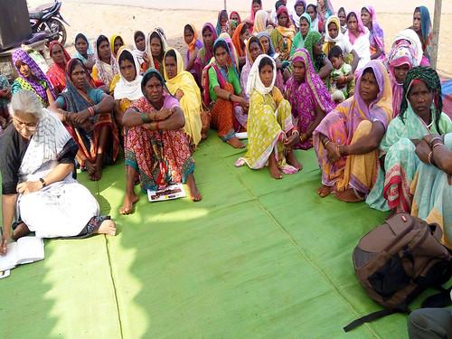 चुटका परमाणु परियोजना के खिलाफ विरोध प्रदर्शन में महिलाओं के साथ मेधा पाटकर