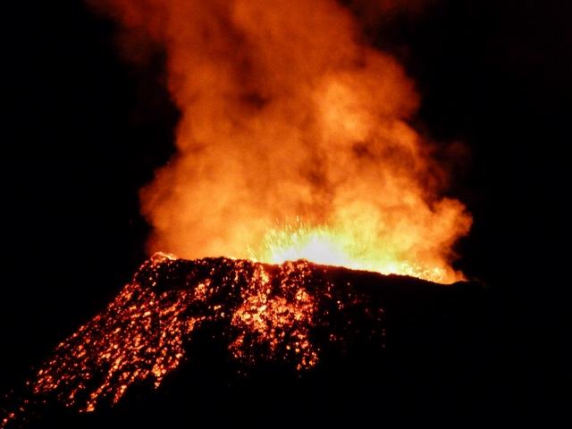 Volcán en erupción Le Piton de la Fournaise (Isla Reunión)