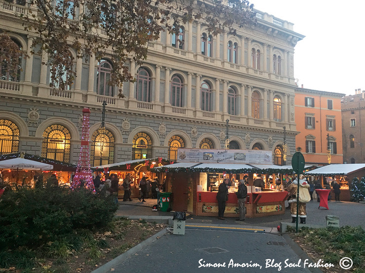 A linda Piazza Minghetti, Bolonha. Sede anual do mercadinho de natal francês.