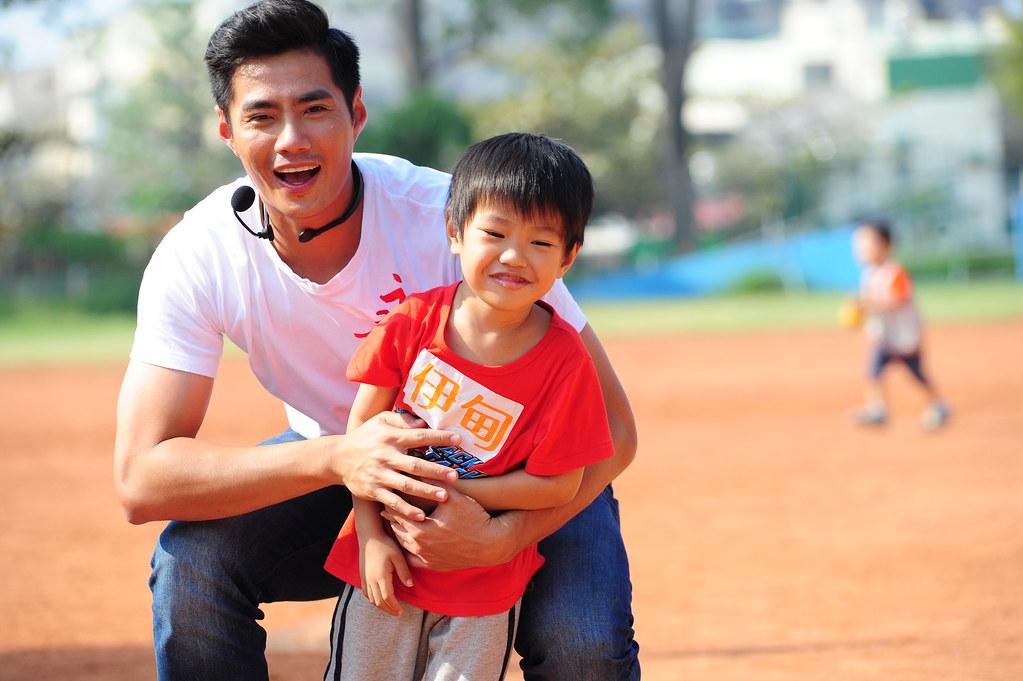 體育老師球星陳偉殷與慢飛天使澄澄打棒球。(伊甸基金會提供)