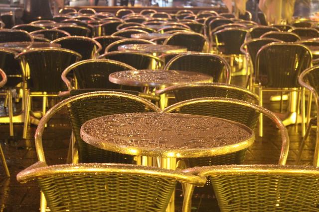 Tische + Stühle + Regen + Nacht + Licht = hübsch
