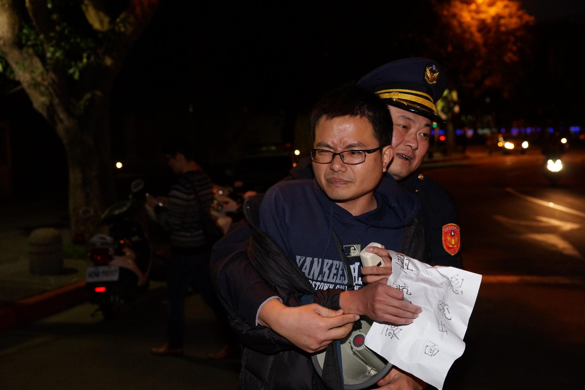 興航工會理事吳崇華遭警方環抱拉出現場。(攝影:王顥中)