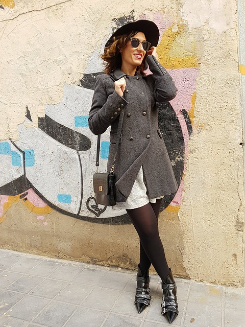 vestido de punto gris, botines negros, abrigo de paño gris, corte masculino, sombrero fedora negro, collar de monedas plateadas, grey knit dress, black booties, grey male coat, black fedora hat, silver coined necklace, Stradivarius, Naf Naf, Zara, Ray - Ban, The Code