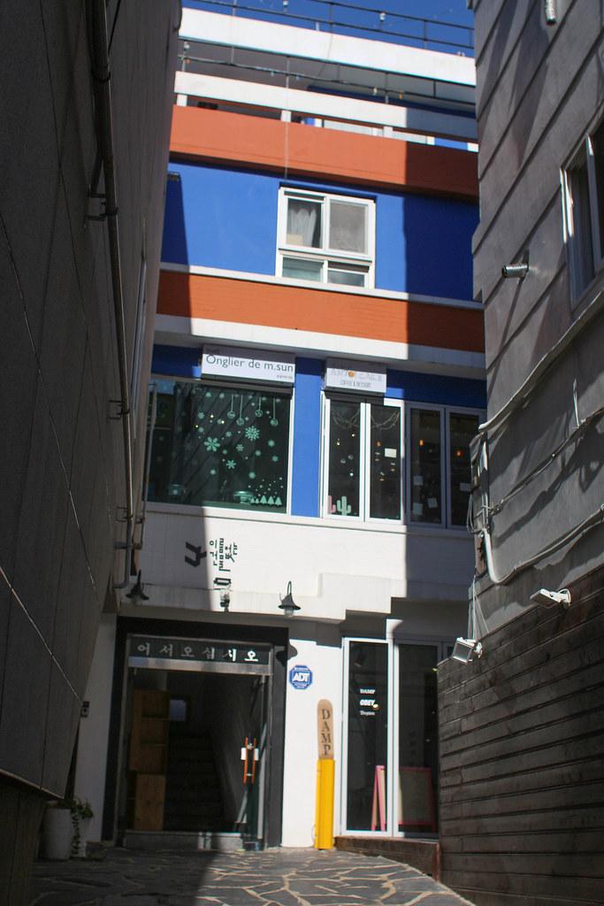 3층집은 낡은여관을 개조한 전형적인 속집이다