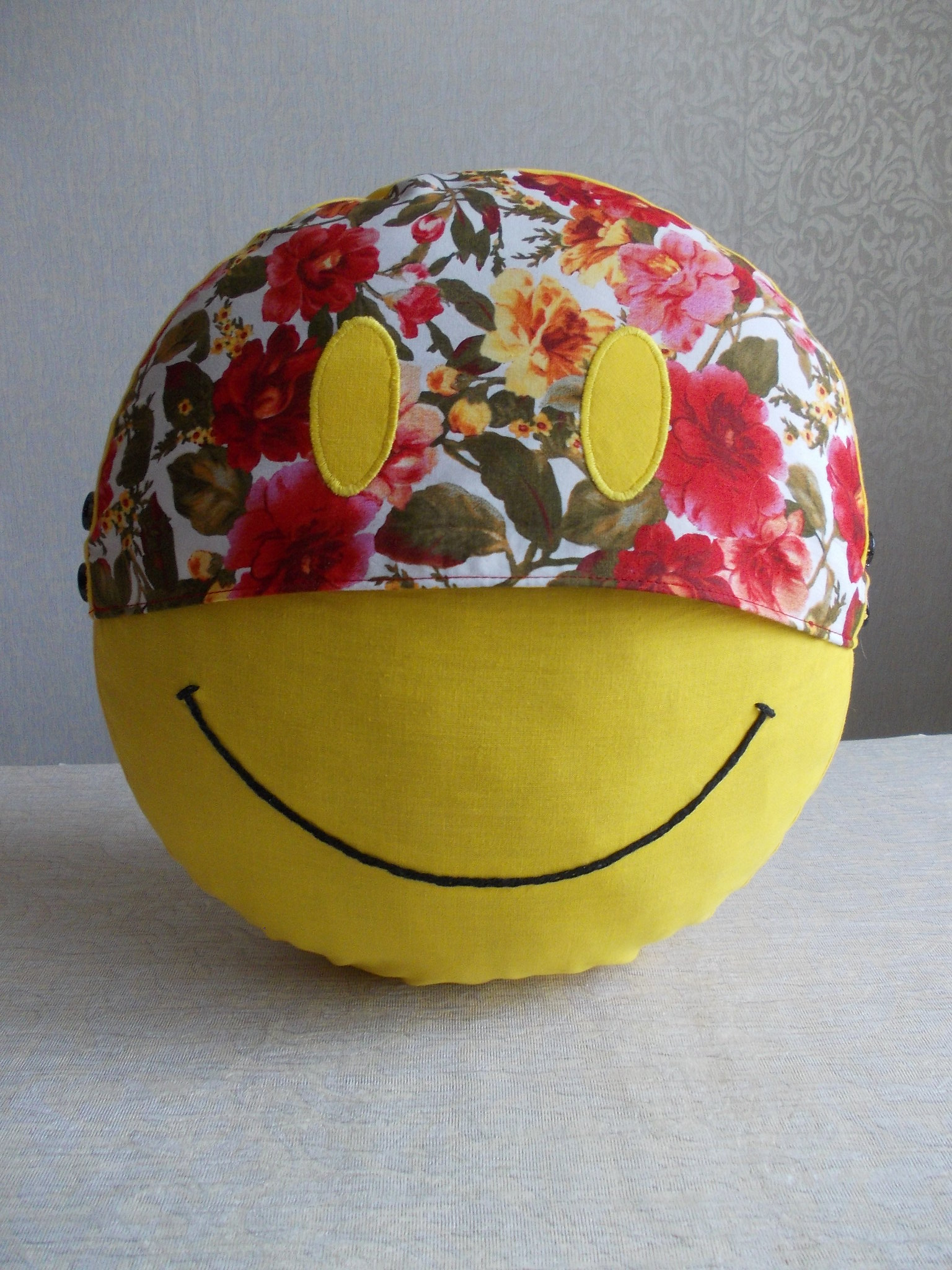 Smiley face cotton yellow round pillow cover, double sided smiley cotton pillow case with insert pillow 88