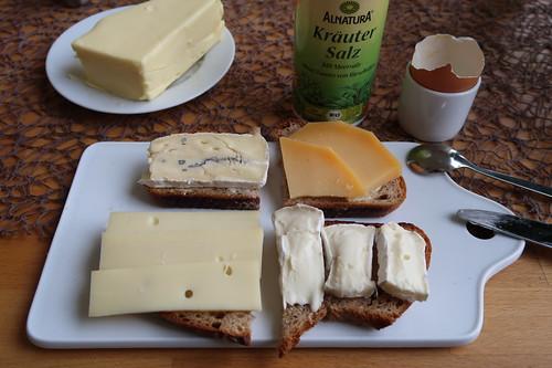 Bavaria Blue, Beemster, Bergkäse und Camembert auf Bauernbrot