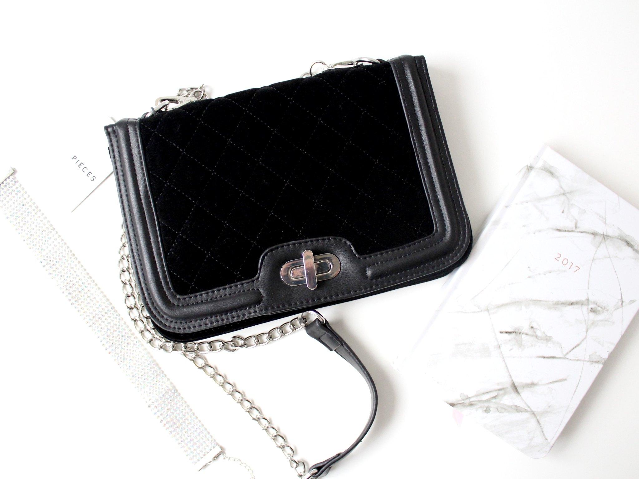 Musta pikkulaukku