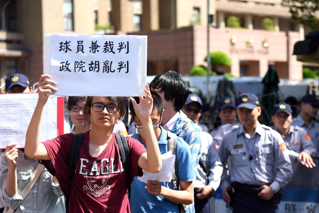 在行政院前抗議的學生與勞團質疑訴願會委員的組成是「球員兼裁判」,沒有公正性。(攝影:宋小海)