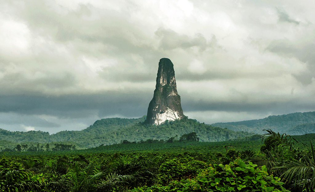 The Pico Cão Grande (Great Dog Peak) is a landmark needle-shaped volcanic plug peak in São Tomé and Príncipe. https://t.co/phXjUrWoE8