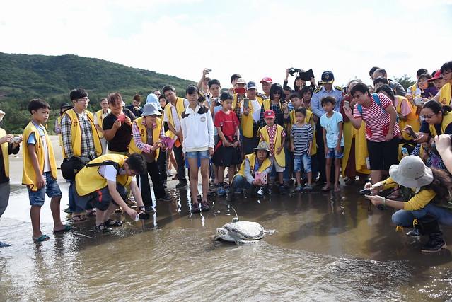 福智基金會與林務局屏東林區管理處、海巡署62大隊、海生館的生態放生活動。圖片來源:林務局