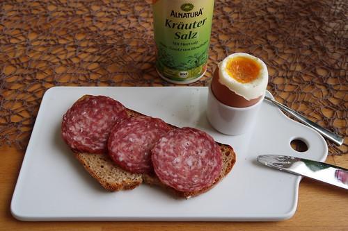 Salami auf Bauernbrot zum Frühstücksei