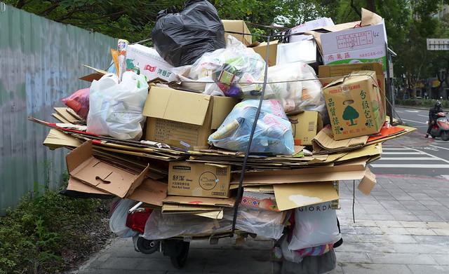 根據環保署統計,2015年台灣廢容器回收量達48萬噸,其中43萬噸可回收再生料產值估計可達達34億元。攝影:陳文姿。