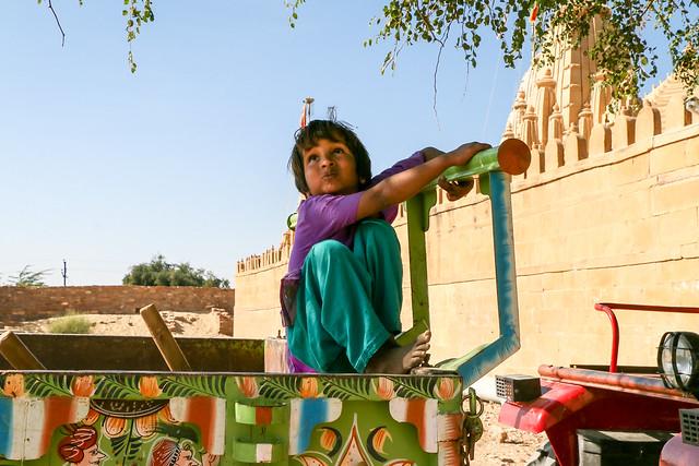 A girl at Lodurva Jain temple, Jaisalmer, India ジャイサルメール ロアーバのジャイナ教寺院前にいた少女