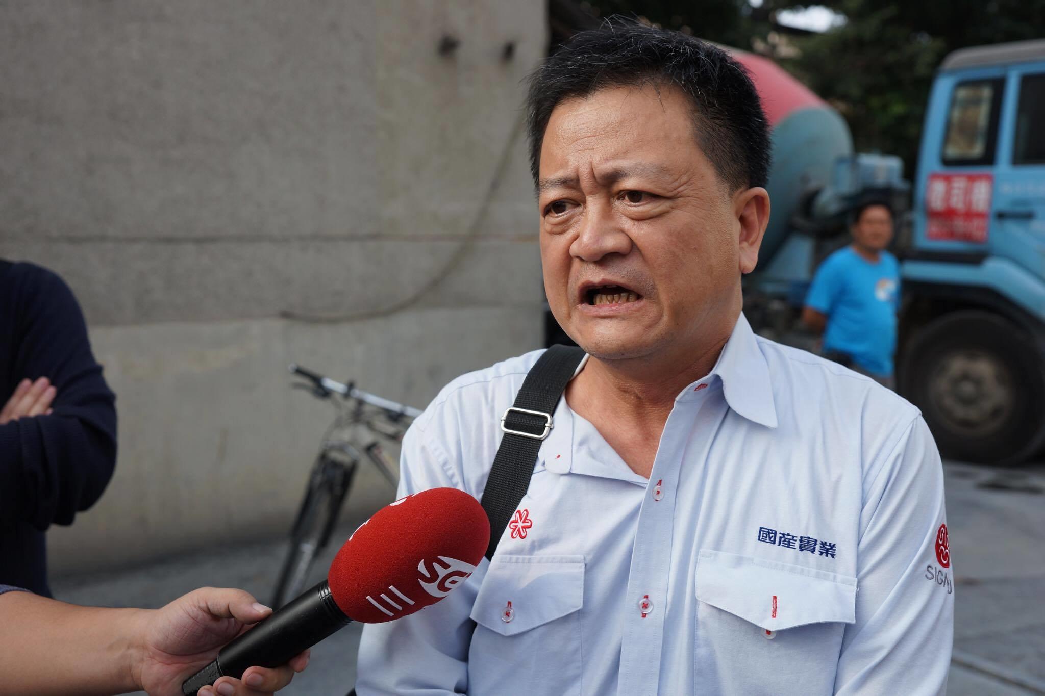 水泥廠廠長高銘和出面與工會協調,表示自己見不到老闆,見不到林家人,只能像他的主管反映。(攝影:王顥中)