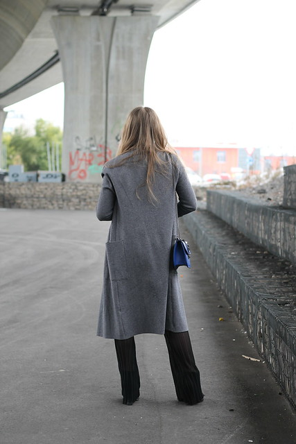 flared-pants-and-grey-coat-whole-outfit-back-wiebkembg