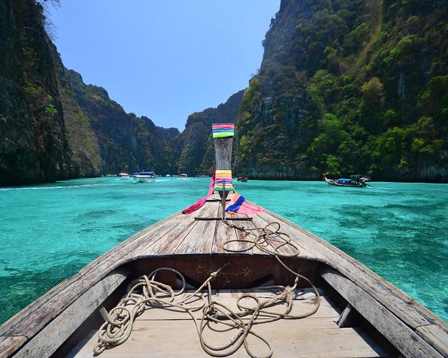De excursión en barco descubriendo cuales son las mejores playas de Tailandia