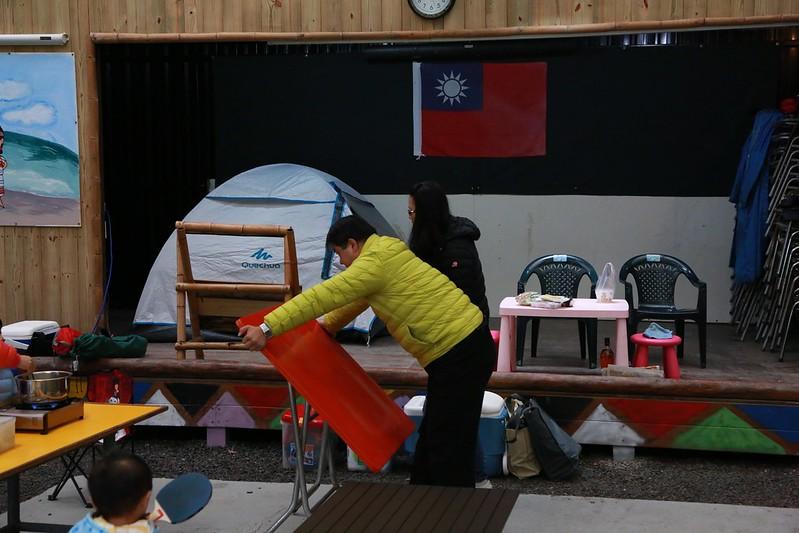 營區裡有許多桌椅可以使用
