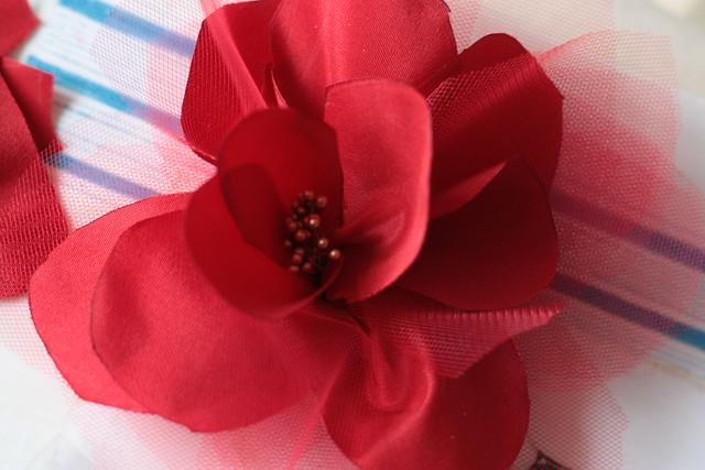 Fleur en tissu entièrement réalisée à la main