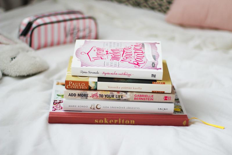 yöpöytäni kirjat tällä hetkellä