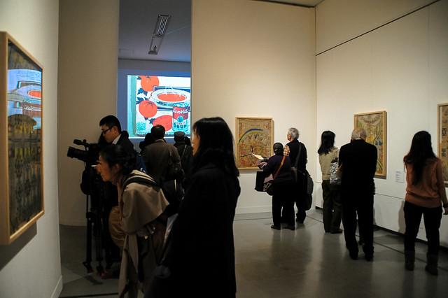 展示会場でヴェルフリ作品を丹念に見入る観客
