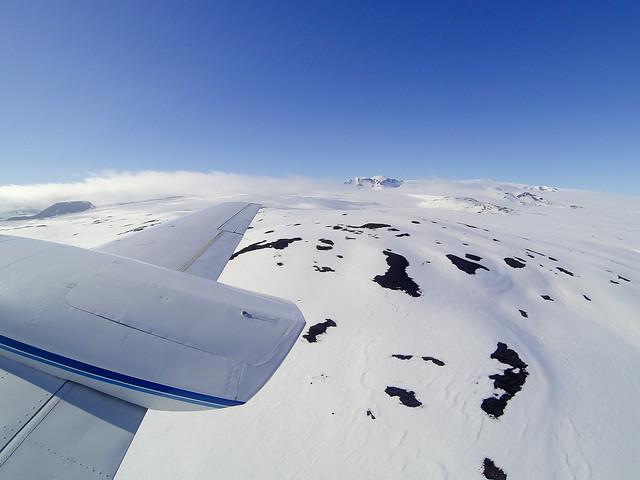 Gigantesca llanura de nieve con trozos de roca salpicadas por el horizonte. Una maravilla blanca de hielo