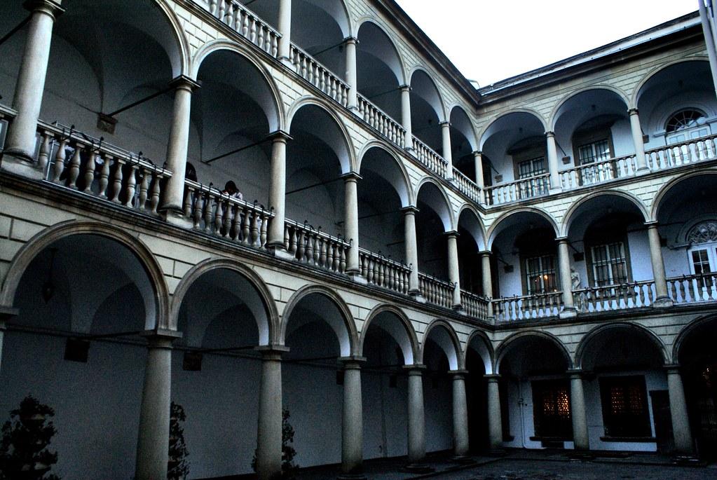 Cour du n°6 de la place du marché, ancienne résidence royale aujourd'hui musée historique.