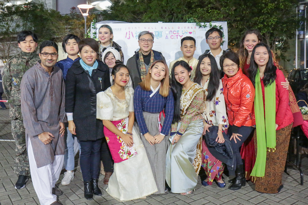 Students from all over the globe were invited as special guests to the eventful evening. / 來自不同地區和國家的同學們聚集在一起,共同歡渡聯舍晚宴。