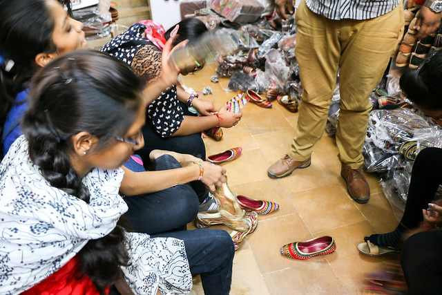 Girls trying on shoes, Jaisalmer, India ジャイサルメール バザールの靴屋で靴を選ぶ少女たち