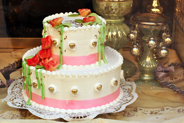 Geburtstagskuchen Geburtstagstorte elegant verziert zweistöckige Marzipan Herzlichen Glückwunsch zum Geburtstag Foto Brigitte Stolle