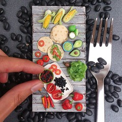 Cook Mexican food with me or just enjoy closeups of this #miniature #sculpture 😊 hop to my blog : http://tinyurl.com/ogcwmlz I share my very own black beans burritos recipe 🍴 😄