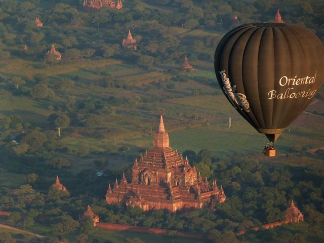 Volando en globo sobre los templos de Bagan en Myanmar