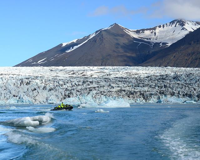 Nuestra zodiac navegando entre icebergs con el glaciar Vatnajökull