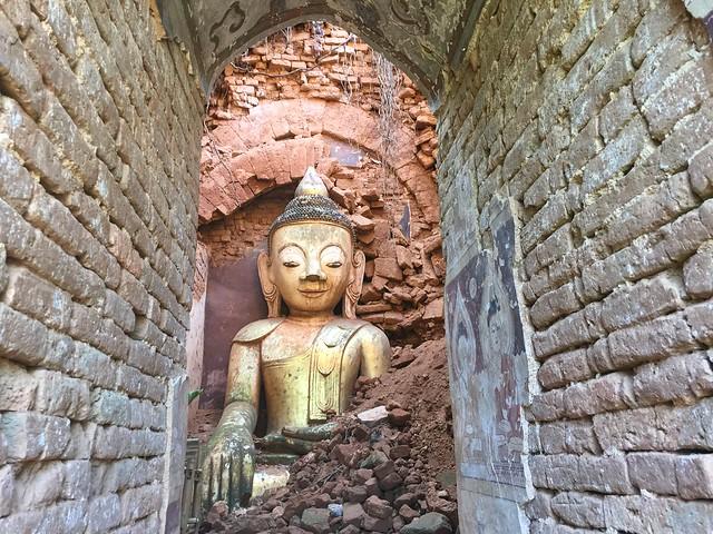 Buda en una estupa en ruinas de Indein (Lago Inle, Myanmar)