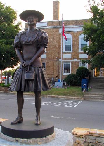 minnie pearl statue  centerville  tn