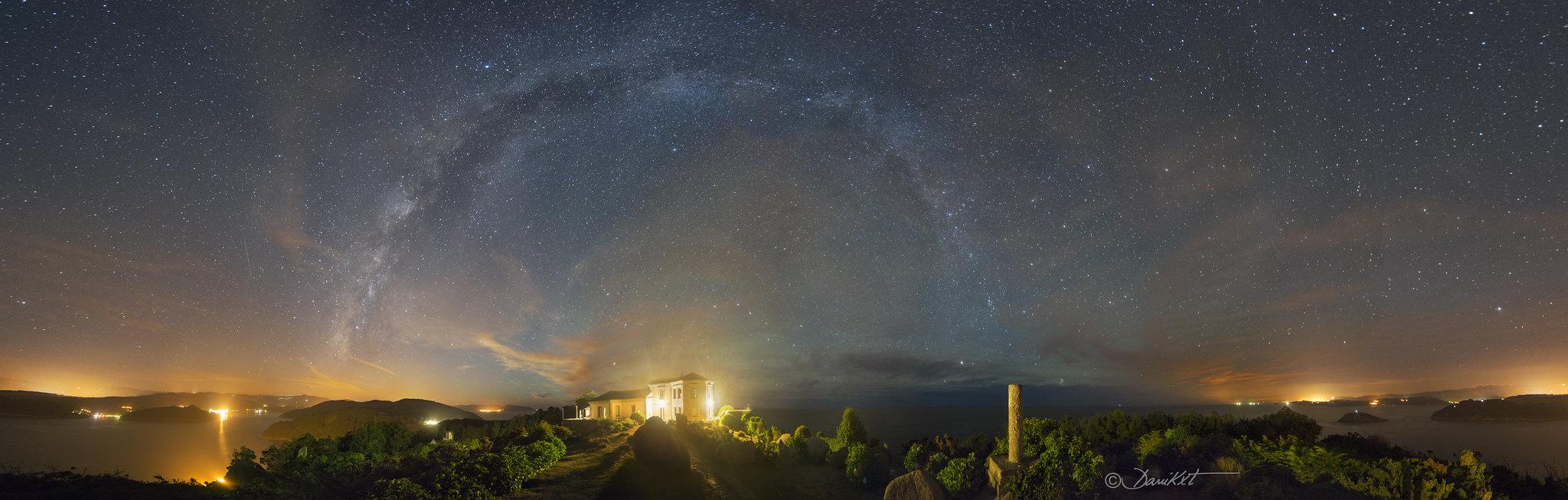 Panorámica Vía Láctea del Semáforo de Bares fotografia Dani Caxete